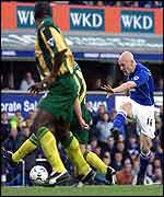 Thomas Gravesen fires in a shot