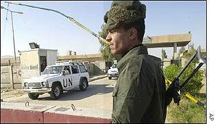Weapons inspectors leave UN compound watched by Iraqi soldier