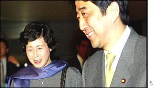 Hitomi Soga (left) with Deputy Chief Cabinet Secretary Shinzo Abe, 27 November 2002