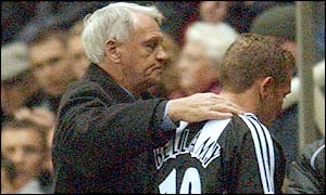 Newcastle manager Bobby Robson puts an arm round Craig Bellamy after his red card