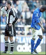 Gary Speed turns his back as Joseph Yobo is sent off