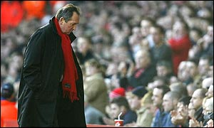 Gerard Houllier trudges off following Liverpool's defeat
