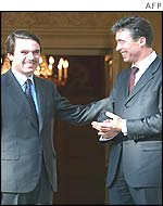 Mr Rasmussen (r) with Spanish PM Aznar