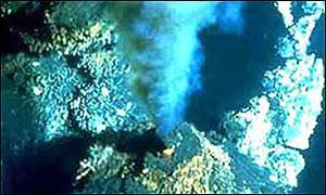 Fuente hidrotérmica en el fondo del mar