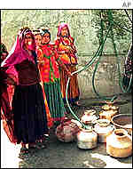 Gujarat women at well
