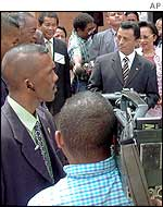 A media scrum around President Marc Ravalomanana