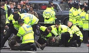 Police tackling the hunting demonstration