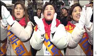 Supporters clap their hands during a speech delivered by Roh Moo-hyun at a campaign rally in Seoul