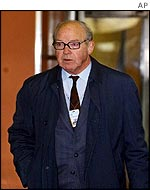 Hans Blix arrives at the UN in New York