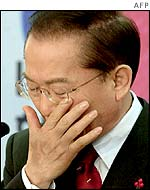Defeated presidential candidate Lee Hoi-chang wiping away tears