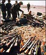 US troops with Iraqi arms in 1991