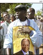 Campaigning for Mwai Kibaki