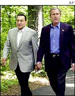 Egypt's President Hosni Mubarak (l) walks with US counterpart George W Bush