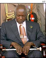 Daniel arap Moi prays during  his successor's inauguration