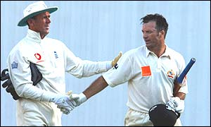 Alec Stewart shakes Steve Waugh's hand in the fifth Ashes Test in January 2003