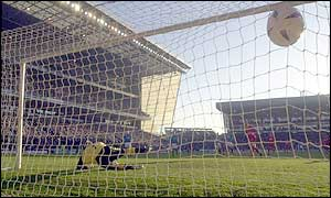 Danny Murphy scores a penalty to give Liverpool the lead