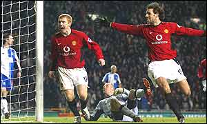 Paul Scholes and Ruud van Nistelrooy celebrate Scholes' goal putting Manchester United ahead