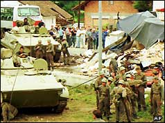 Federal Yugoslav army armoured personnel carriers near Ljubljana (27/06/91)