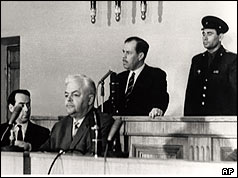Greville Wynne (second from right) on trial in Moscow