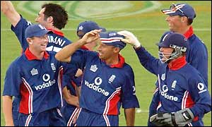 England players congratulate Nasser Hussain on running out Sanath Jayasuriya