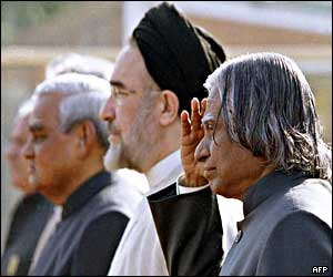 Indian President Abdul Kalam (right) salutes while Mohammad Khatami (centre) and Indian Prime Minister Atal Behari Vajpayee look on