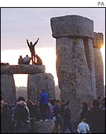 Travellers celebrate summer solstice at Stonehenge