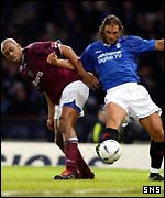 Mark de Vries and Lorenzo Amoruso tangle