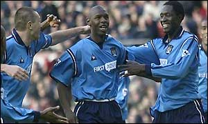 Man City players congratulate Shaun Goater
