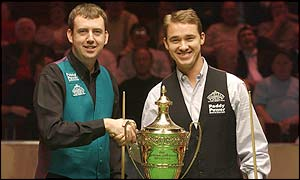 Mark Williams and Stephen Hendry shake hands in front of the Masters trophy