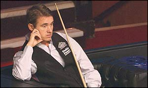 Stephen Hendry looks on glumly as Williams races into a lead