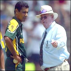 Umpire David Shepherd speaks to Waqar Younis after bowling two beamers