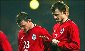 Wayne Rooney and Francis Jeffers leave the field