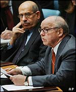 Chief inspector Hans Blix (r) presenting report at UN