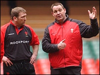 Jonathan Humphreys discusses tactics with Wales coach Steve Hansen