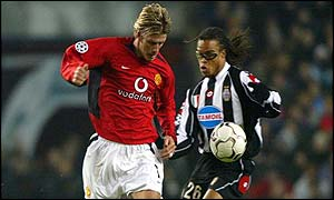 Man Utd's David Beckham and Juventus' Edgar Davids tussle for the ball