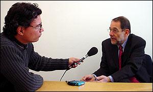 Javier Solana (izq.) con Carlos Chirinos, de la BBC, (der.).