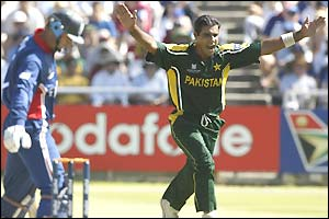 Waqar Younis celebrates the wicket of Nasser Hussain