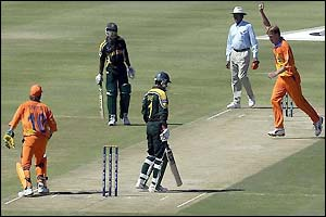 Saeed Anwar is dismissed by Tim de Leede of Holland