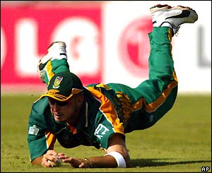 South Africa's Herschelle Gibbs dives for the ball