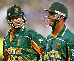 Lance Klusener and Mark Boucher leave the pitch as the rain intervenes