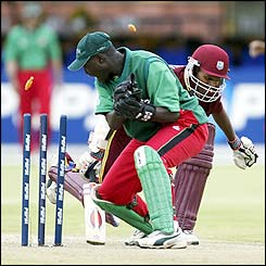 Kennedy Obuya of Kenya fails in his attempt to run out Shivnarine Chanderpaul