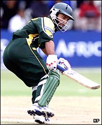 Saeed Anwar of Pakistan turns to set off for another run