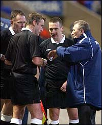 Howard Wilkinson argues with referee Graham Barber