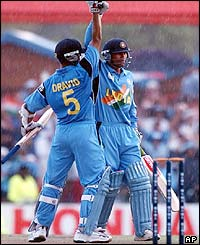 Rahul Dravid and Mohammad Kaif celebrate their team's victory over New Zealand