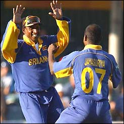 Sri Lanka's Aravinda de Silva and Sanath Jayasuriya celebrate
