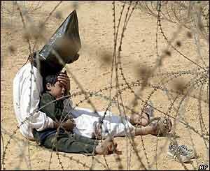 Un prisionero iraquí encapuchado con su hijo