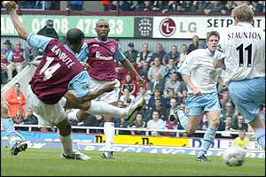 Freddie Kanoute fires in West Ham's equaliser against Aston Villa