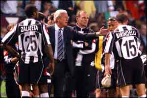 Juventus coach Marcelo Lippi tries to raise his exhausted players