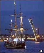 Desde el río Neva, una réplica del buque