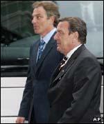 Tony Blair, primer ministro británico y Gerhard Schroeder, canciller alemán.